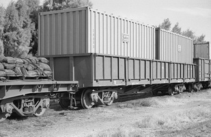 28.8.1976 - Alice Springs - NGL1547 with two Sadleirs containers